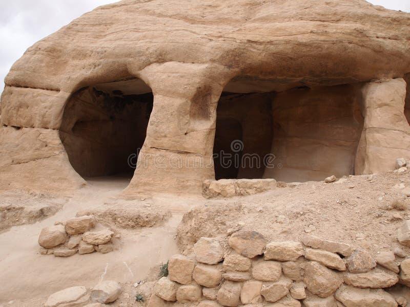 Cueva antigua en las montañas de la cueva de Petra Jordan fotos de archivo