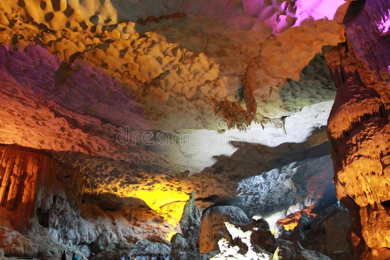 Cueva cantada descubrimiento del borrachín - cueva de la estalactita en la ha Viet Nam larga foto de archivo