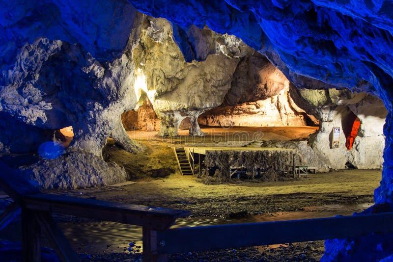 Cueva con agua de río que corre a través imagen de archivo