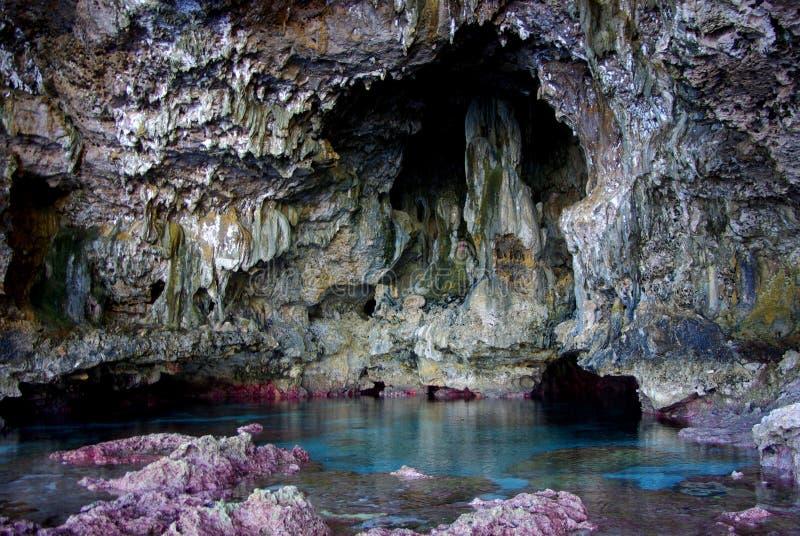 Cueva de Avaiki: Piscina del baño de los reyes fotos de archivo