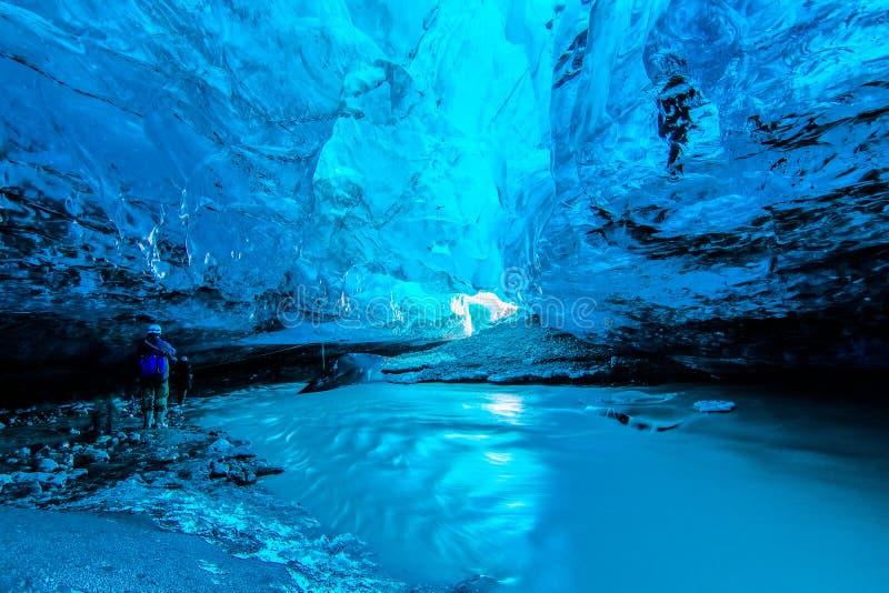 Cueva de hielo azul en Islandia imagen de archivo libre de regalías
