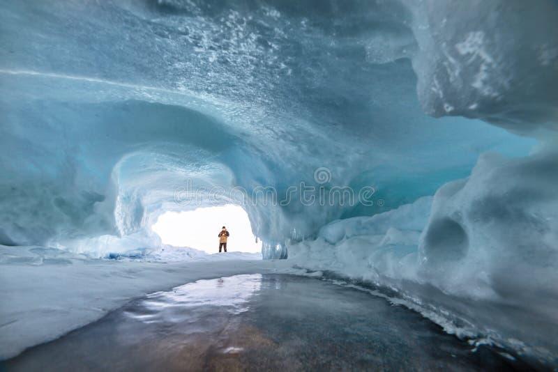 Cueva de hielo en el lago Baikal en invierno foto de archivo