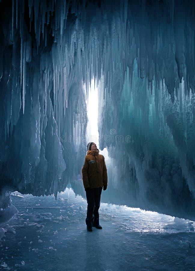 Cueva de hielo de exploración del hombre foto de archivo