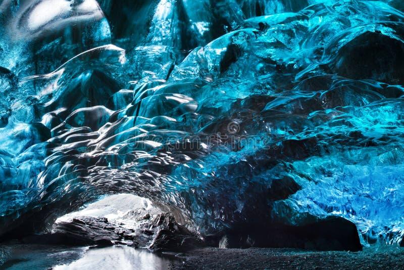 Cueva de hielo que sorprende Cueva de hielo cristalina azul y un río subterráneo debajo del glaciar Naturaleza que sorprende de S fotografía de archivo