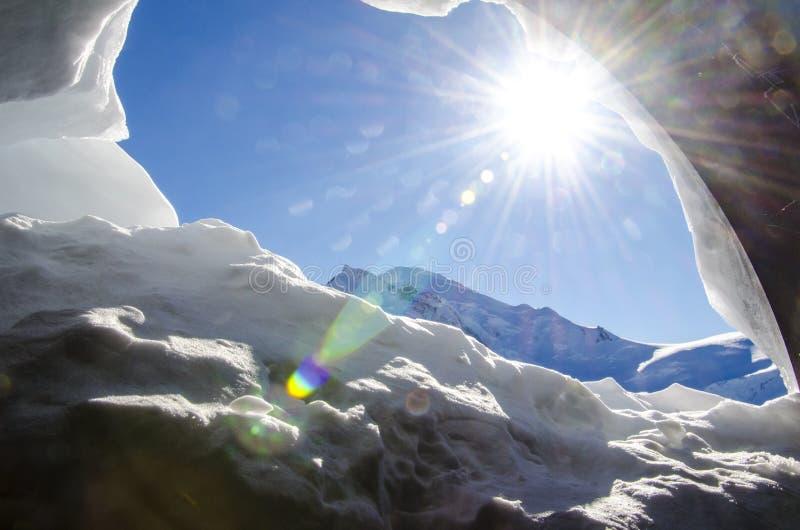 Cueva de la nieve en las montañas francesas Chamonix Mont Blanc durante invierno en Francia foto de archivo