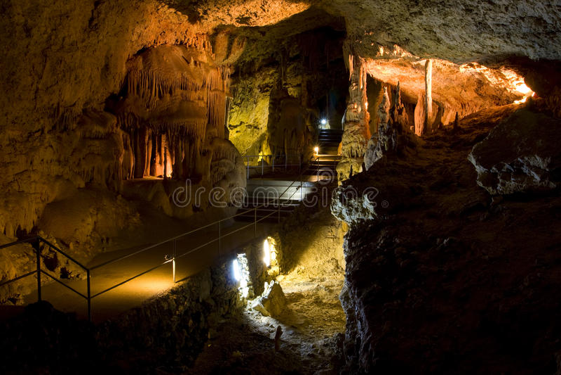Cueva de la piedra caliza fotografía de archivo
