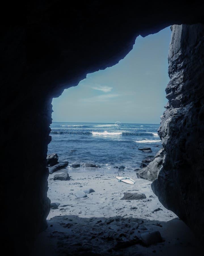 Cueva en la ensenada de Northbird en La Jolla, CA imagenes de archivo