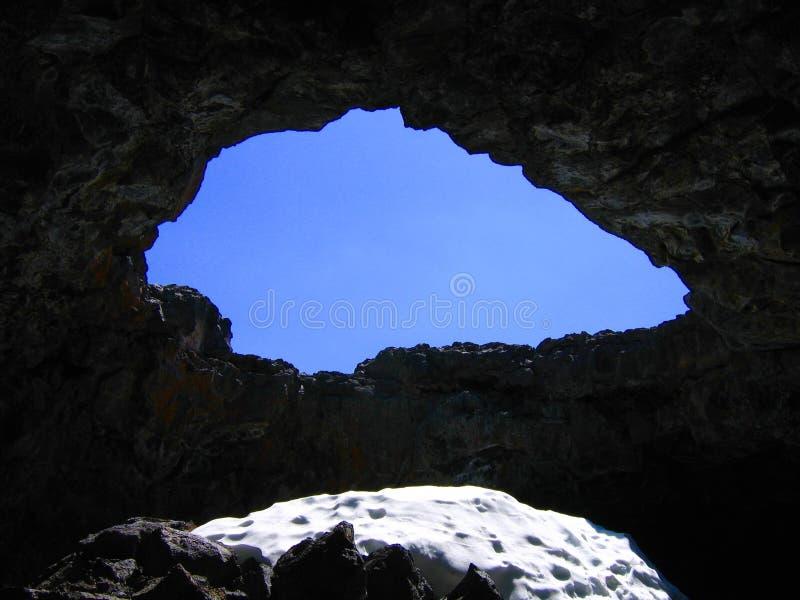 Cueva en los cráteres del monumento nacional de la luna fotografía de archivo
