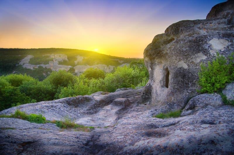 Cueva en montaña en salida del sol. fotos de archivo libres de regalías
