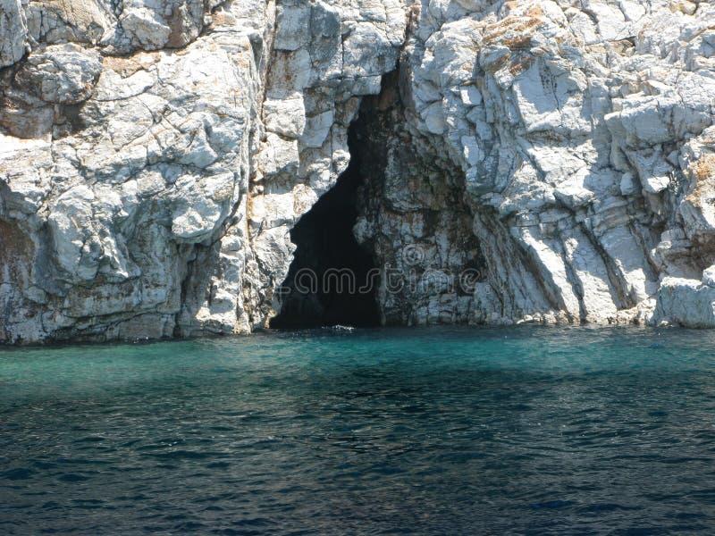 Cueva en pavo del Mar Egeo foto de archivo