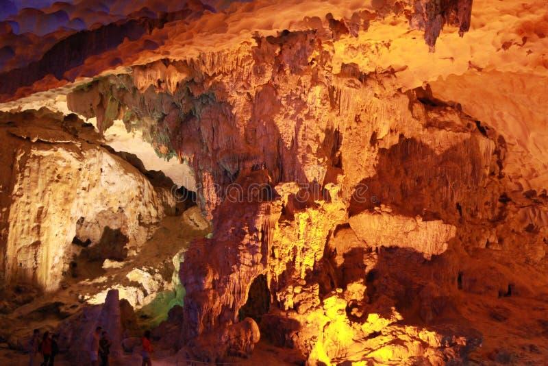 Cueva Estalactita-cantada del borrachín en la bahía larga Quang Ninh Viet Nam de la ha foto de archivo libre de regalías