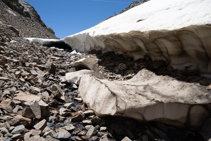 Cueva gigante de la nieve a lo largo del rastro del lavabo de 20 lagos en Sierra Nevada California foto de archivo libre de regalías