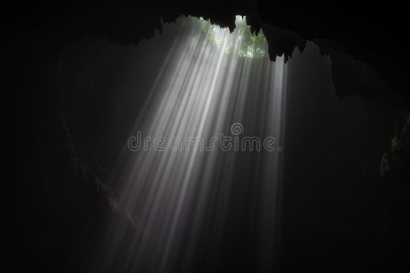 Cueva iluminada en el viaje de Goa Jomblang cerca de Yogyakarta, Indonesia foto de archivo