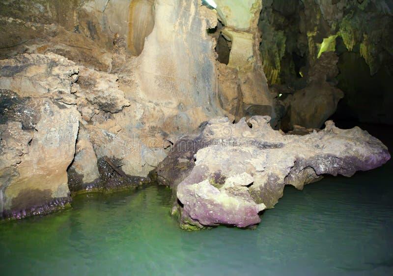 Cueva india en Vinales, Cuba Cueva subterráneo con estalactitas y estalagmitas, y río fotos de archivo