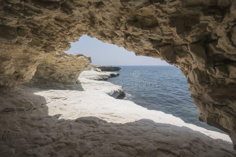 cueva Las rocas acercan a la playa del ` s del gobernador, paisaje de Chipre fotografía de archivo libre de regalías