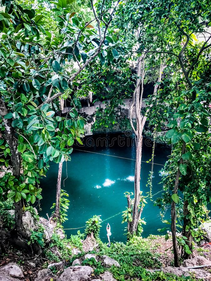 Cueva llena de agua en selva imagen de archivo