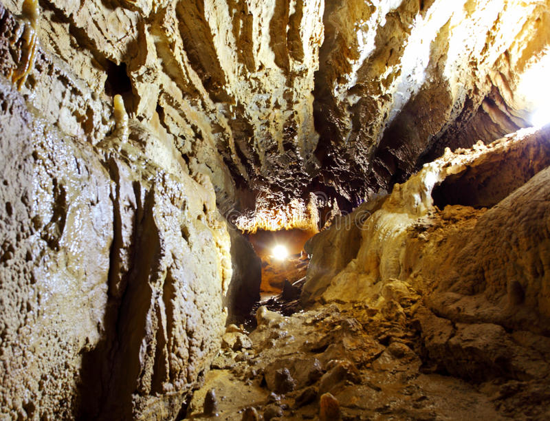 Cueva oscura de la piedra del misterio con la luz fotografía de archivo