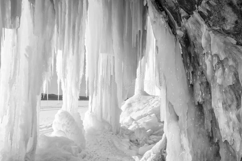 Cueva y cortina magníficas de hielo de la isla del ` s del lago Superior imagen de archivo