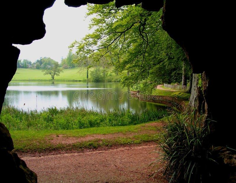 Cueva y lago fotografía de archivo
