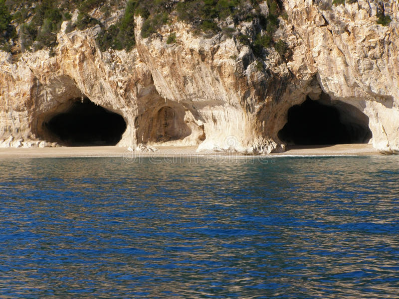 Cuevas de la playa foto de archivo