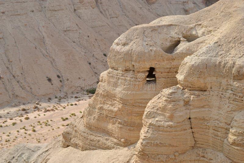 Cuevas de Qumran en el parque nacional de Qumran, en donde las volutas de mar muerto fueron encontradas, alza del desierto de Jud fotos de archivo