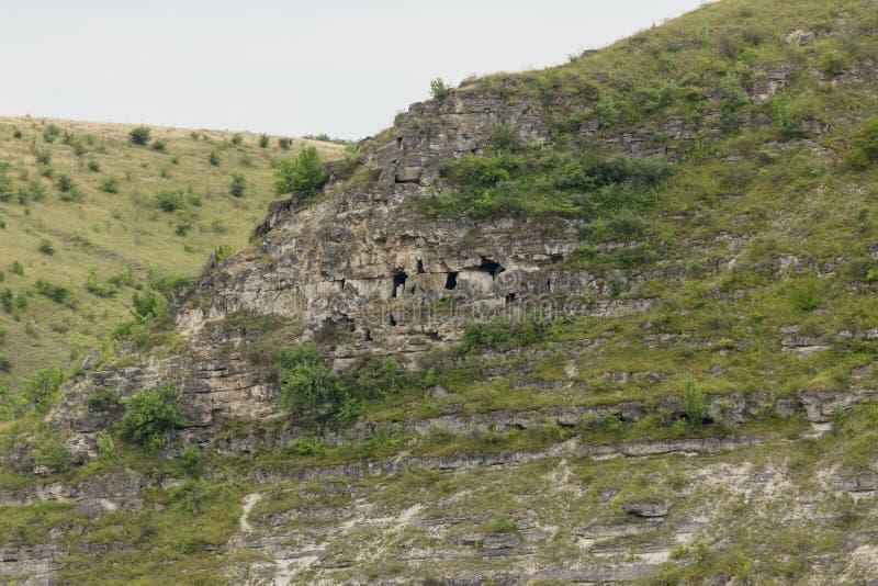 Cuevas en acantilados fotos de archivo libres de regalías