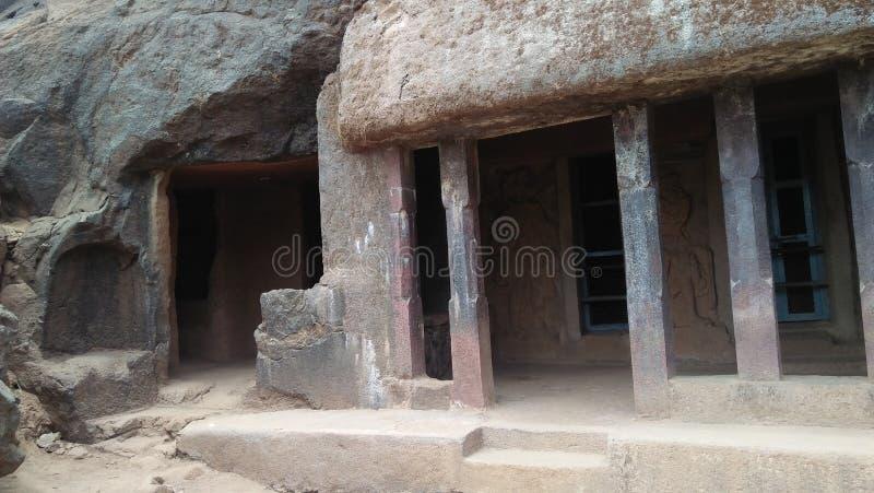 Cuevas hermosas de los stupas budistas antiguos imagenes de archivo