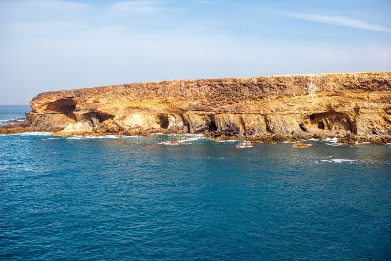 Cuevas volcánicas cerca del pueblo de Ajuy en la isla de Fuerteventura fotos de archivo