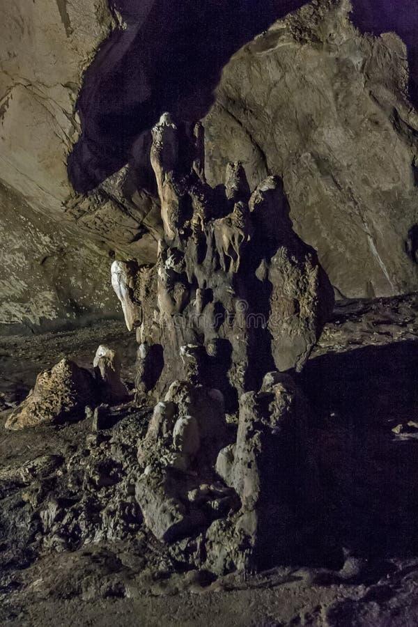Cuevas y formaciones de la cueva en el barranco del río al lado de Bor fotografía de archivo libre de regalías