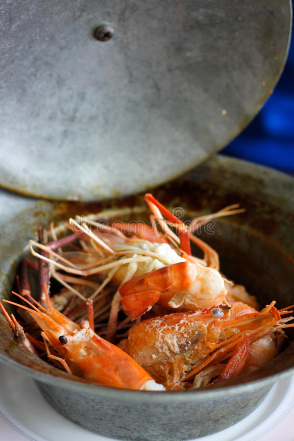 Cueza el camarón con la sal imagen de archivo