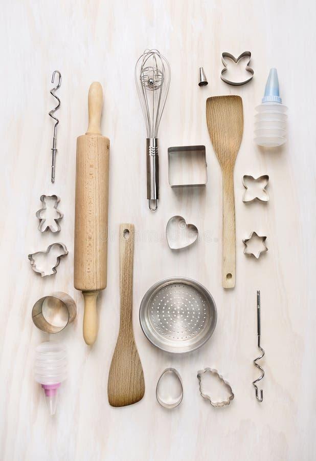 Cueza las herramientas que fijan en el fondo de madera blanco, visión superior imagenes de archivo