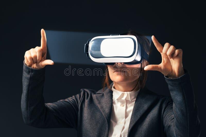 Cuffia avricolare d'uso di realt? virtuale della donna di affari fotografia stock libera da diritti