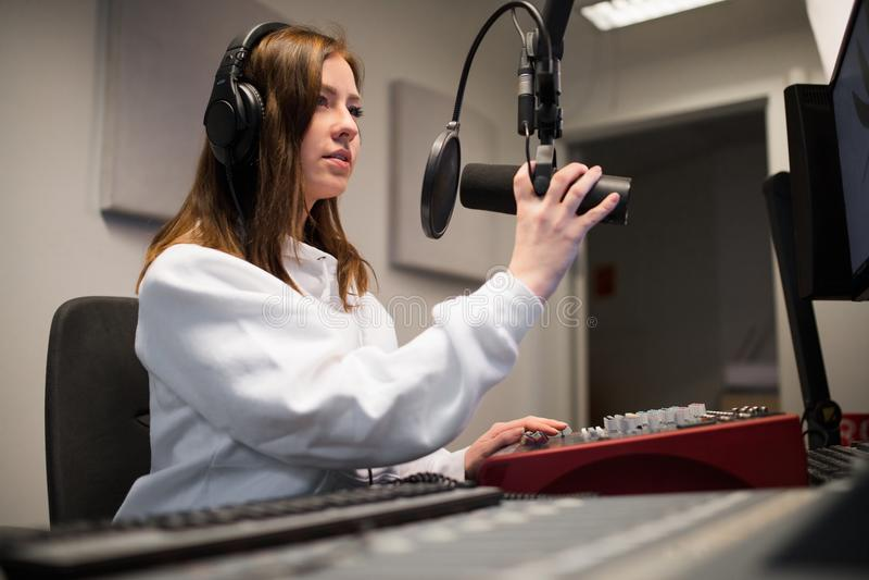 Cuffie d'uso di Adjusting Microphone While della puleggia tenditrice radiofonica in st fotografie stock libere da diritti