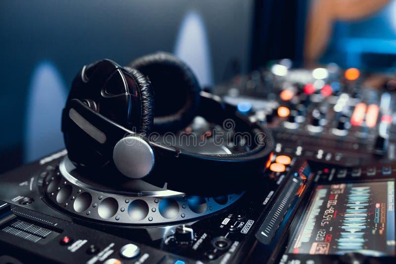 Cuffie sul bordo del DJ in night-club fotografia stock libera da diritti