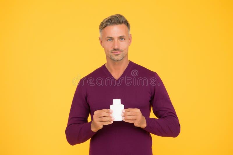 Cuidado com odor corporal Homem bonito segura garrafa de loteamento ou de lavagem corporal Apresentação de produtos de higiene pe foto de stock