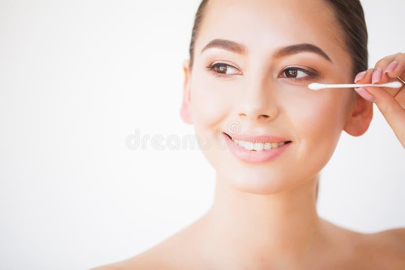 Cuidado da cara da beleza Menina com a pele saud?vel que olha no espelho imagens de stock