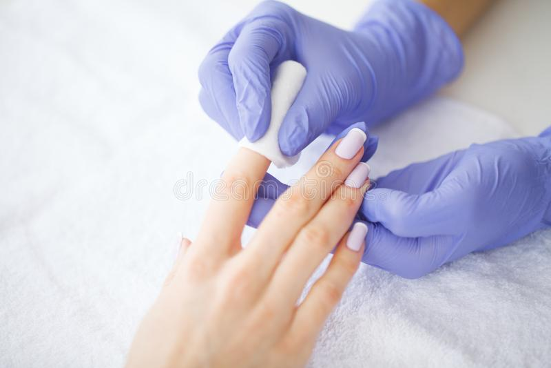 Cuidado da mão e do prego O mestre dá serviços do tratamento de mãos para o cliente Mãos bonitas do ` s das mulheres com tratamen fotografia de stock