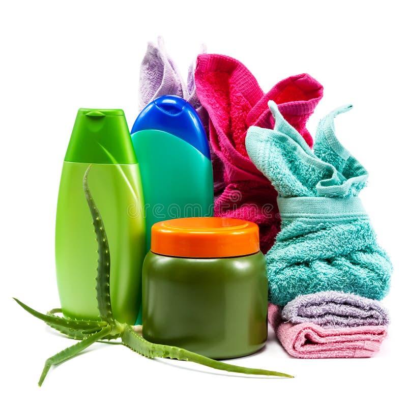 Cuidado de la carrocería Champú, jabón, acondicionador y toallas apilados fotografía de archivo