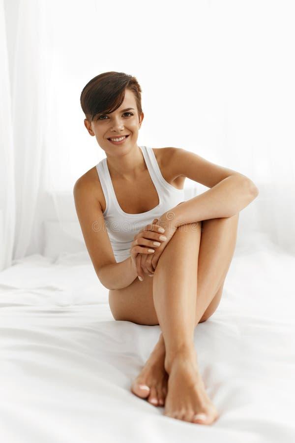 Cuidado de la carrocería Mujer hermosa con las piernas largas, piel suave sana imágenes de archivo libres de regalías