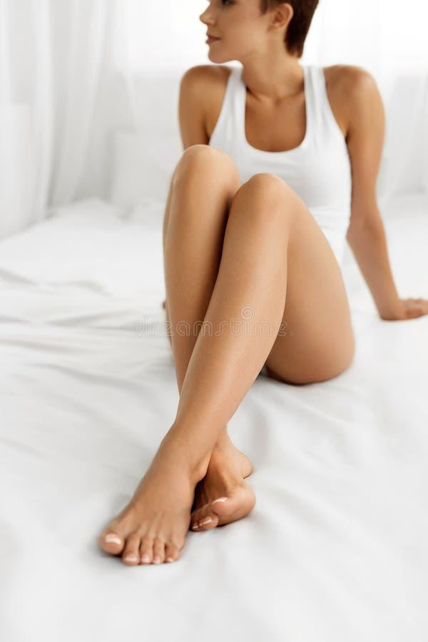 Cuidado de la carrocería Mujer hermosa con las piernas largas, piel suave sana fotos de archivo