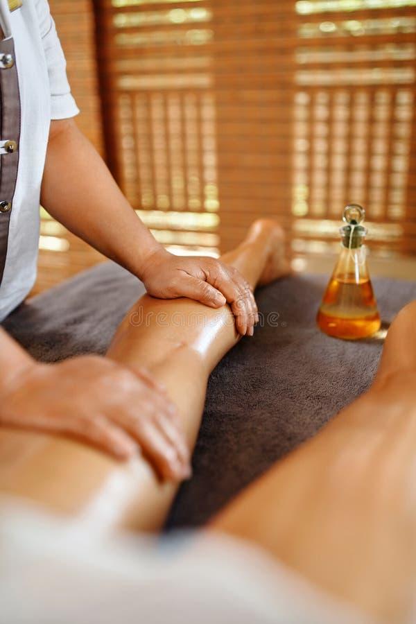 Cuidado de la carrocería Terapia del masaje del balneario Anti-celulitis de las piernas de la mujer, Skincare fotografía de archivo libre de regalías
