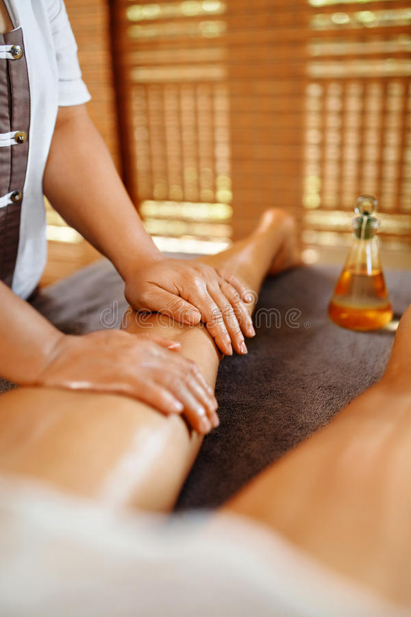 Cuidado de la carrocería Terapia del masaje del balneario Anti-celulitis de las piernas de la mujer, Skincare imagenes de archivo