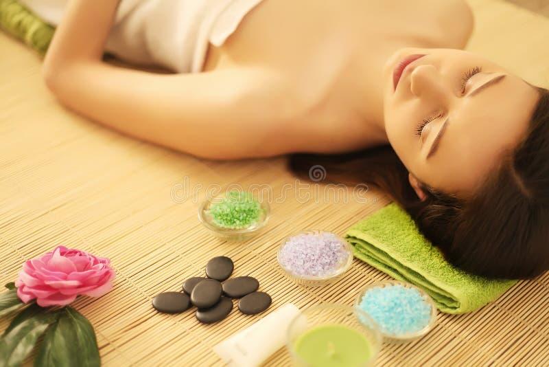 Cuidado de la carrocería Tratamiento del masaje del cuerpo del balneario Mujer que tiene masaje en t fotos de archivo libres de regalías