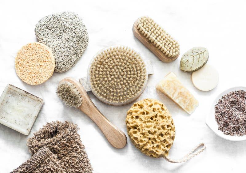 Cuidado de la piel corporal Cepillos con cerdas naturales, ratones, jabón casero, exfoliación sobre un fondo claro, vista superio fotos de archivo