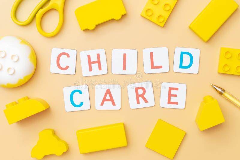 Cuidado de niños con los objetos del juguete para el concepto de la educación del niño en amarillo imagen de archivo libre de regalías