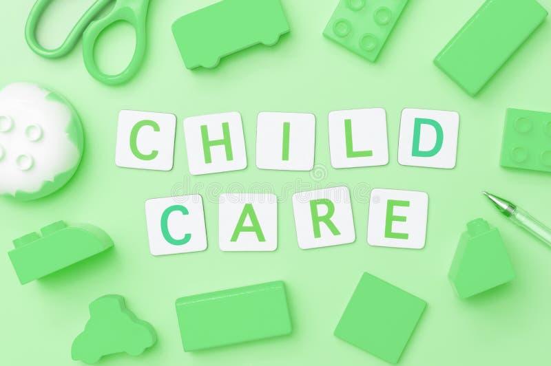 Cuidado de niños con los objetos del juguete para el concepto de la educación del niño en verde fotografía de archivo