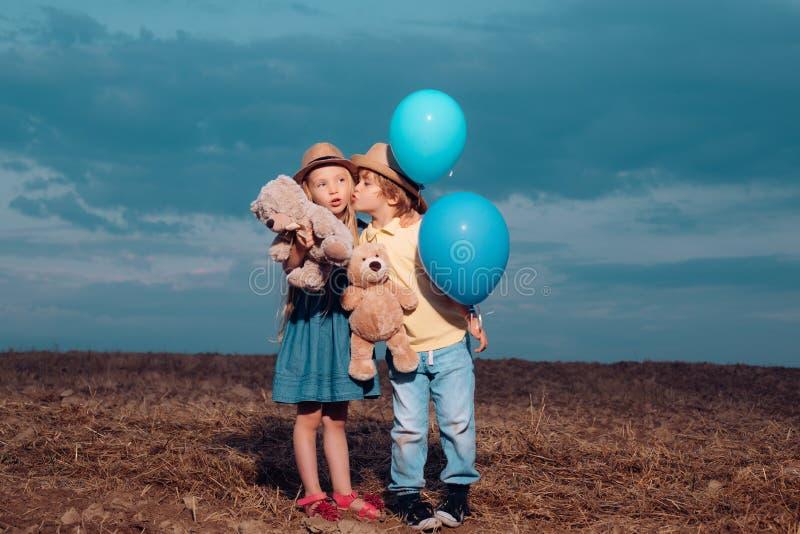 Cuidado de ni?os. Hermosa pareja - niño y niña abrazándose. childcare. valentine. Concepto del amor. Ni?ez dulce. lindo imágenes de archivo libres de regalías