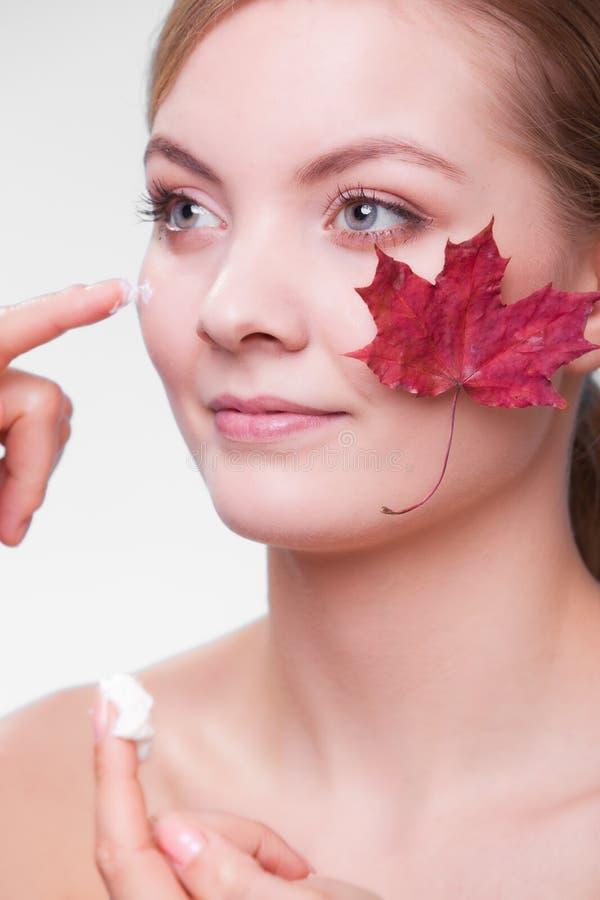 Cuidado de pele Cara da menina da jovem mulher com folha de bordo vermelha foto de stock royalty free