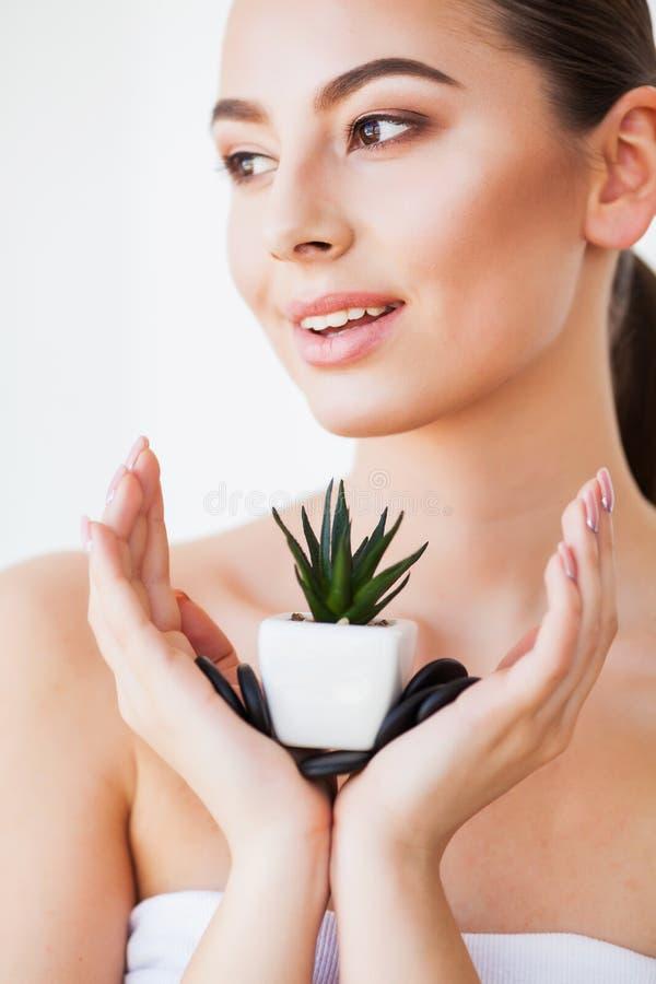 Cuidado de pele Cara da mulher da beleza com pele saud?vel e a planta verde fotografia de stock royalty free