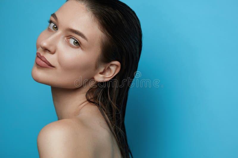 Cuidado de pele Jovem mulher com cara da beleza imagem de stock